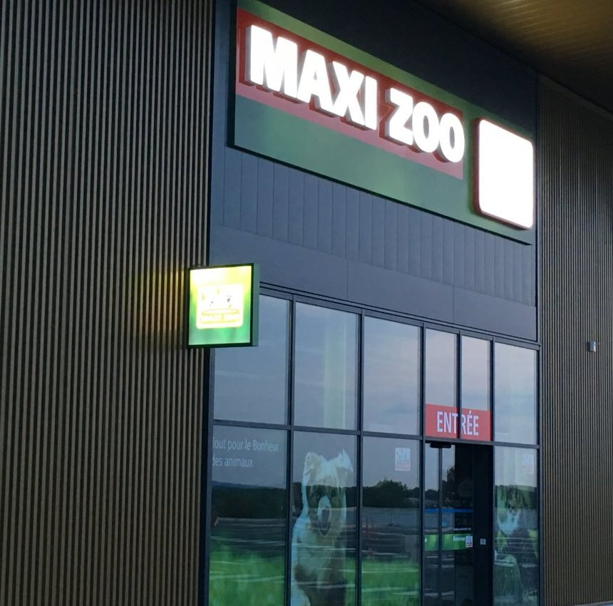 Maxi Zoo Saintes by night